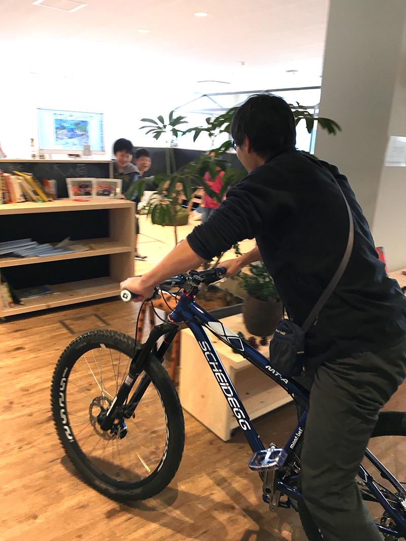 マウンテンバイクに乗ってハズマさん登場!!
