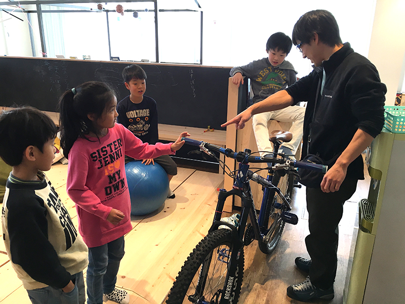 初めて見る本格的なマウンテンバイクに子どもたちも興味津々!